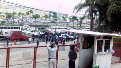 Photo of Retiran a papás que bloqueaban carretera afuera de la SEV