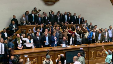 Photo of Entre forcejeos Guaidó ingresa al Parlamento venezolano