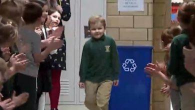Photo of Llenan pasillos de su escuela para aplaudir a compañero que venció el cáncer