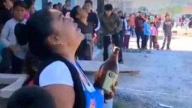 Photo of Le lleva caguamas a un hombre para evitar que se suicide