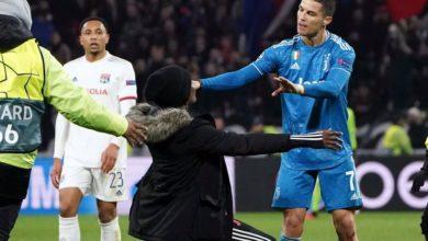 Photo of Cristiano empujó a mujer que invadió cancha en el Lyon-Juventus #Video
