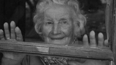 Photo of Abuelita aislada llora al escuchar que vecinos le cantan por su cumpleaños