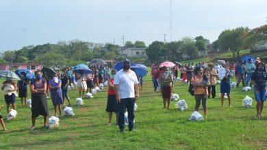 Photo of Alcalde de Catemaco entrega apoyos alimenticios en tres comunidades