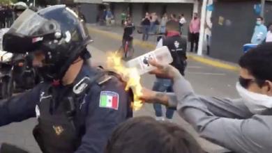 Photo of Buscan a quien prendió fuego a policía en Guadalajara