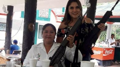 Photo of Posa funcionaria de Teocelo con armas de Guardia Nacional