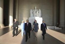 Photo of AMLO deposita ofrendas a Lincoln y Juárez en Washington