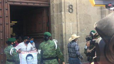 Photo of Padres de los 43 normalistas, «satisfechos» tras reunión con López Obrador