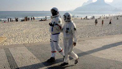 Photo of Pareja brasileña usa trajes de astronauta para protegerse del Covid-19