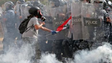 Photo of Manifestantes y policías se enfrentan en Beirut