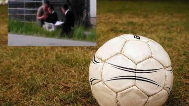 Photo of Mamá e hijos toman clases online en cancha de futbol para usar el WIFI gratis