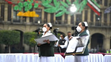 """Photo of AMLO entrega presea """"Miguel Hidalgo"""" a personal que atiende pacientes con Covid"""
