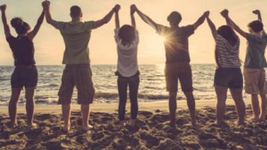 Photo of ¿Amigos, pareja o familia?: Especialistas descubren la compañía que nos hace más feliz