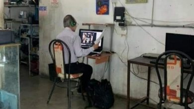 Photo of Profesor acude todos los días a café Internet para darle clases a sus alumnos