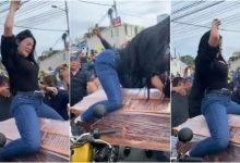 Photo of Mujer baila reggaetón sobre el ataúd de su novio #Video