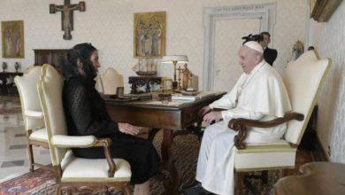Photo of Beatriz Gutiérrez Müller entrega al Papa carta de AMLO