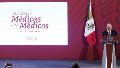 Photo of Entrega AMLO reconocimientos por el Día de Médico