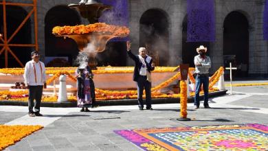 """Photo of Con peticiones de apoyo de parte de indígenas, AMLO inaugura exposición """"Una flor para cada alma"""""""