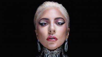 Photo of Lady Gaga se graba votando por correo usando botas de plataforma rosas